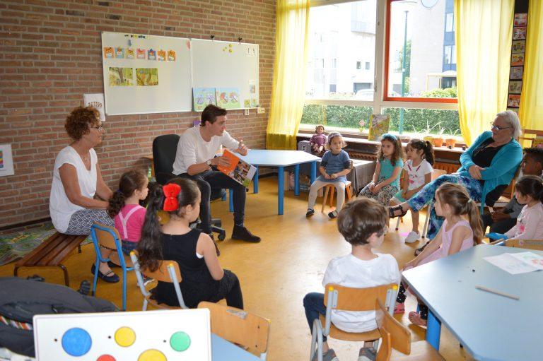 Pieter met taalboek welkom in NL